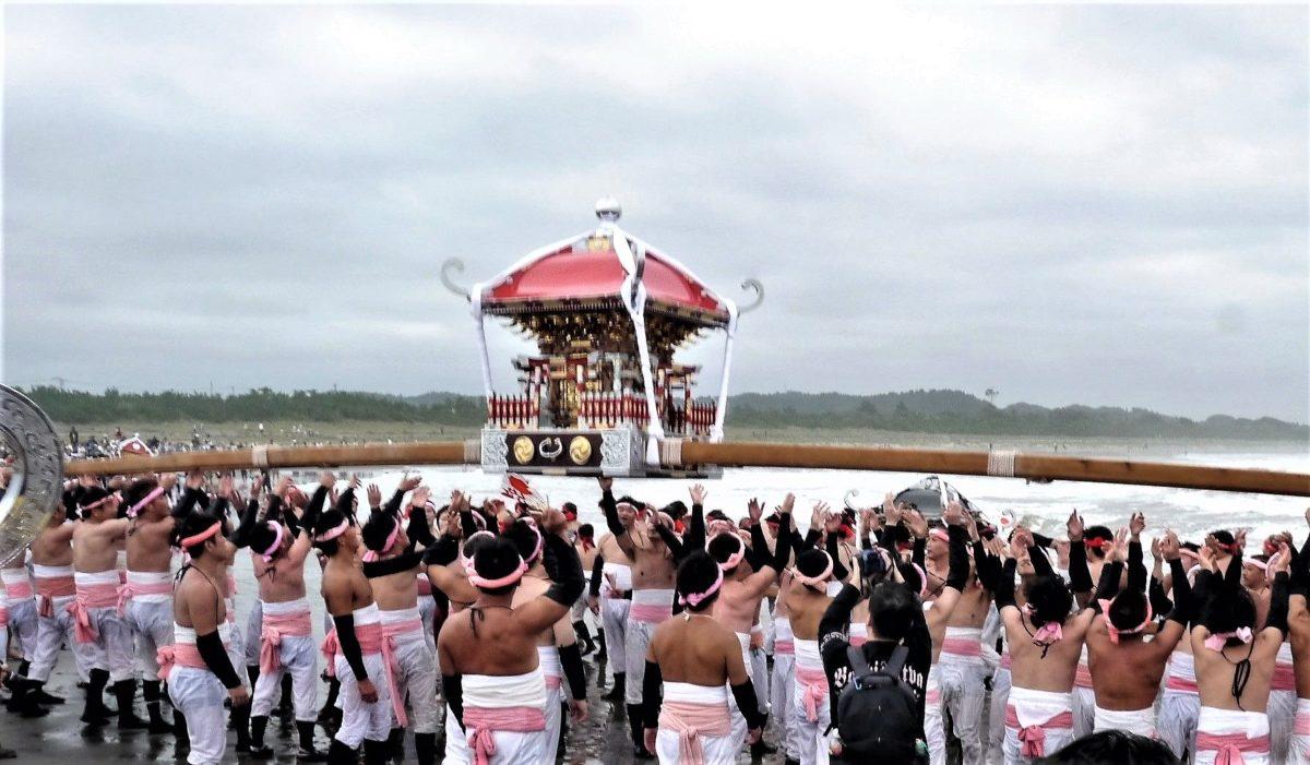 """海で裸の男たちが神輿をわっしょい胴上げ!「大原はだか祭り」は""""勇壮豪快""""の権化だった"""