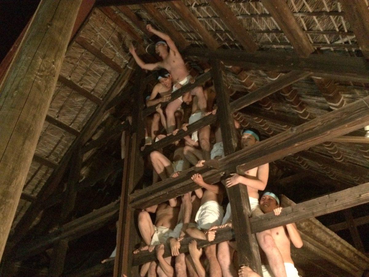 組体操のルーツはグンマーにあり?! 月夜に裸でもつれ合う、みなかみの「ヤッサ祭り」