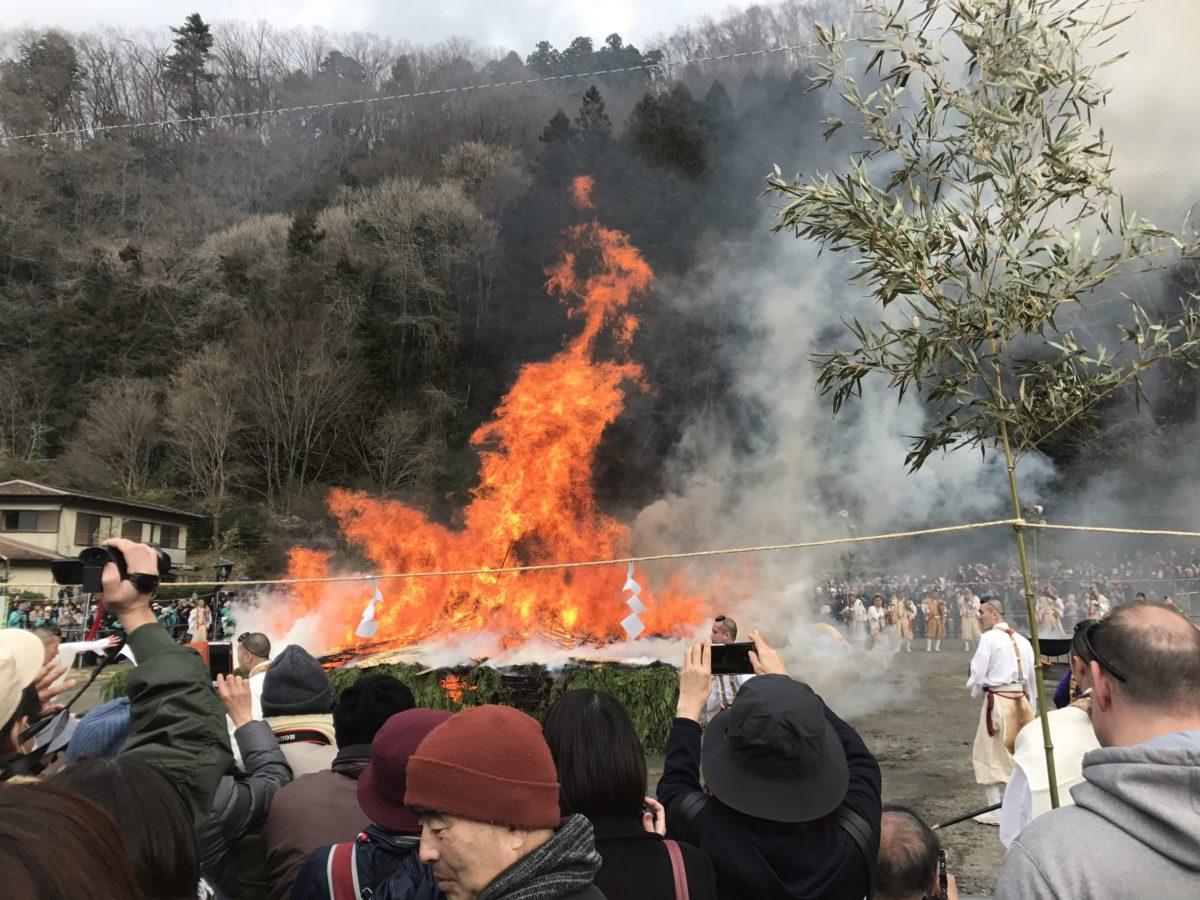 聖なる炎で煩悩を焼き払え! 高尾山火渡り祭【2020年情報追記】