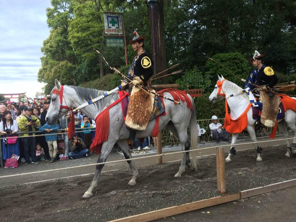 白馬に乗ったお侍様 鎌倉祭りの流鏑馬