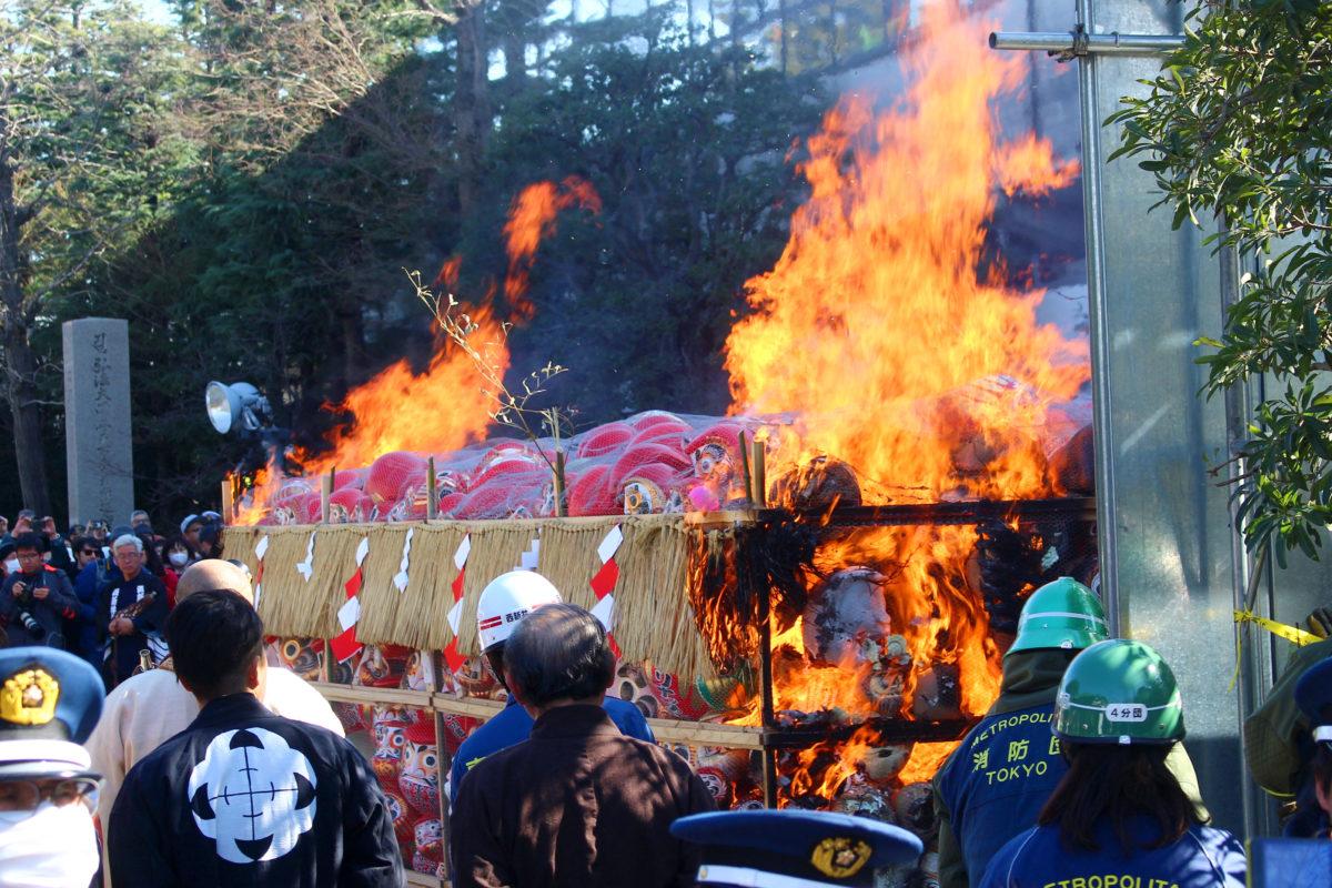 西新井大師のだるま供養!真っ赤なだるまが燃え盛る!?