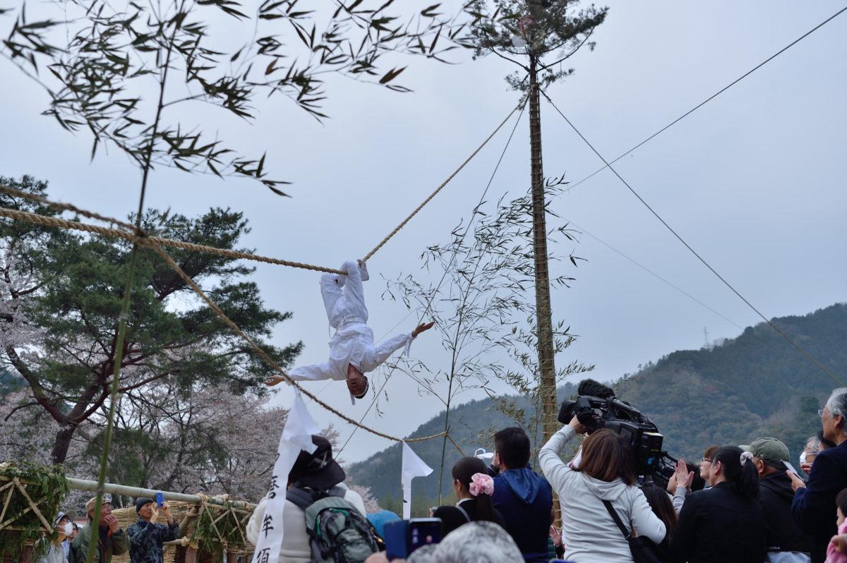 山口県岩国市行波より、岩国行波の神舞をレポート・・7年期にー度大空を舞う八関の神舞!