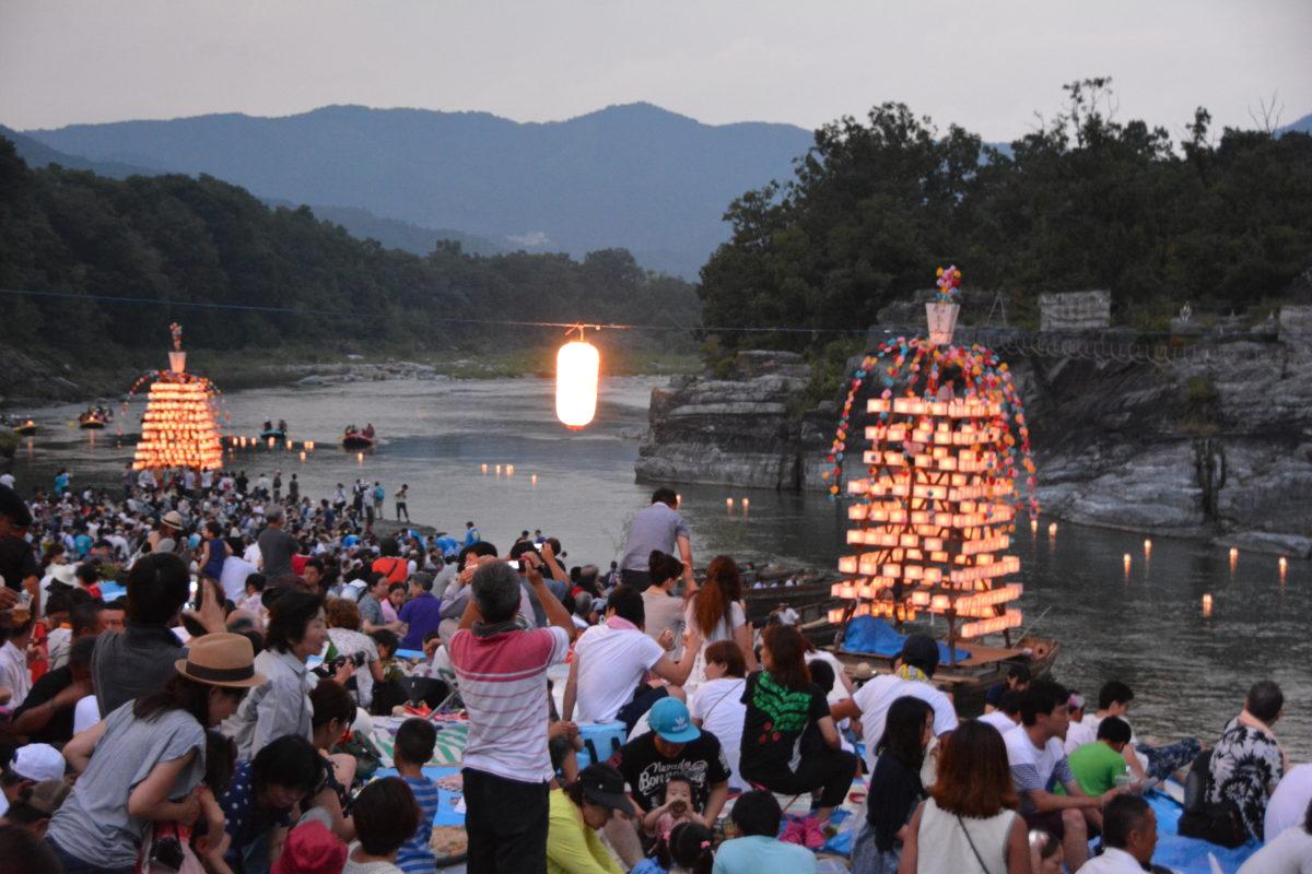 長瀞船玉まつりをご紹介。万灯船や灯籠の仄かな灯りが川面に揺れ、幻想的な光景に包まれる