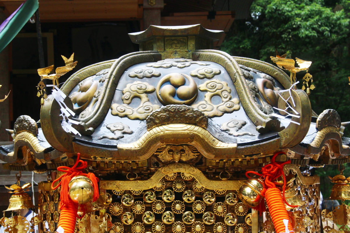 上条まつりでは、日本全国でも珍しい六角形のお神輿が登場。新潟県加茂市の長瀬神社祭礼(別名:だんご祭り)