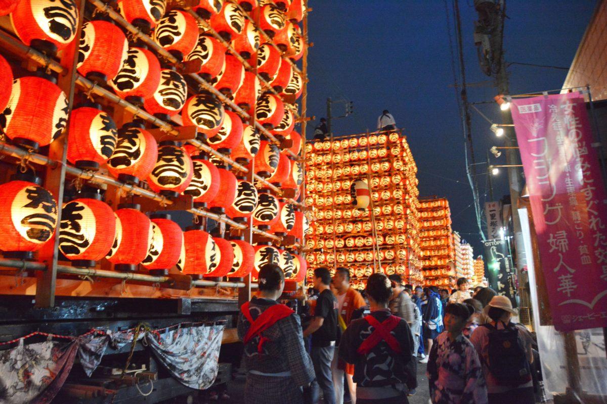 久喜提燈祭り「天王様」、夜空に輝く提灯山車が巡行し、クライマックスには駅前広場に集結