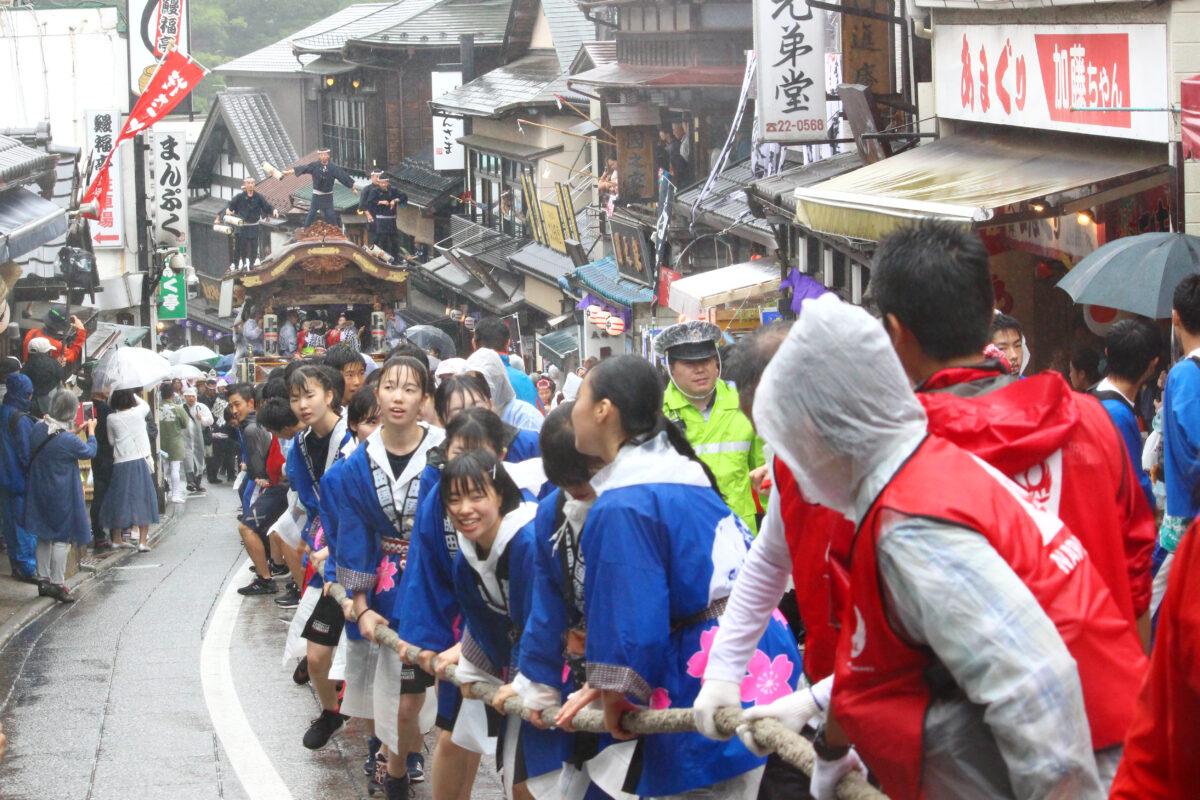 成田祇園祭は成田の夏の風物詩。山車・屋台が坂道を駆け上がる姿は豪快!