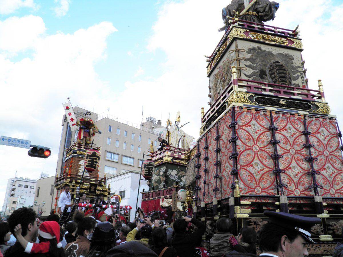 「とちぎ秋まつり」栃木市の蔵の街大通りを絢爛豪華な江戸型人形山車が巡行し、小江戸の情緒に包まれる
