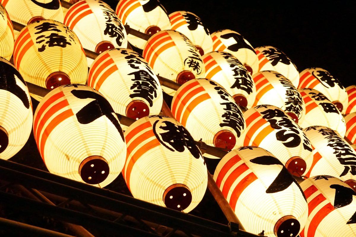 渋谷・渋谷宮益御嶽神社の酉の市で屋台や提灯を楽しみ、狛犬の御朱印をGETしよう!
