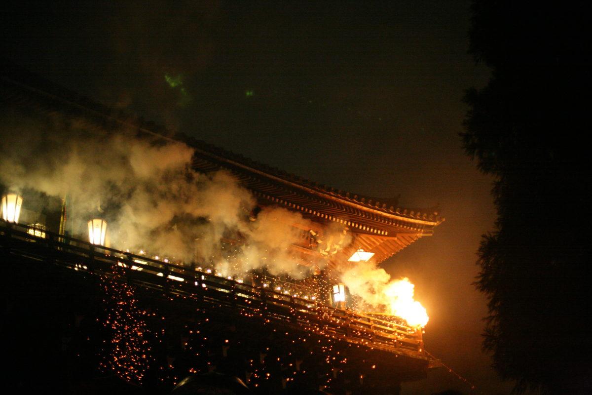 「お水取り」をご紹介!東大寺二月堂で二週間にわたって繰り広げられる法要がすごい!