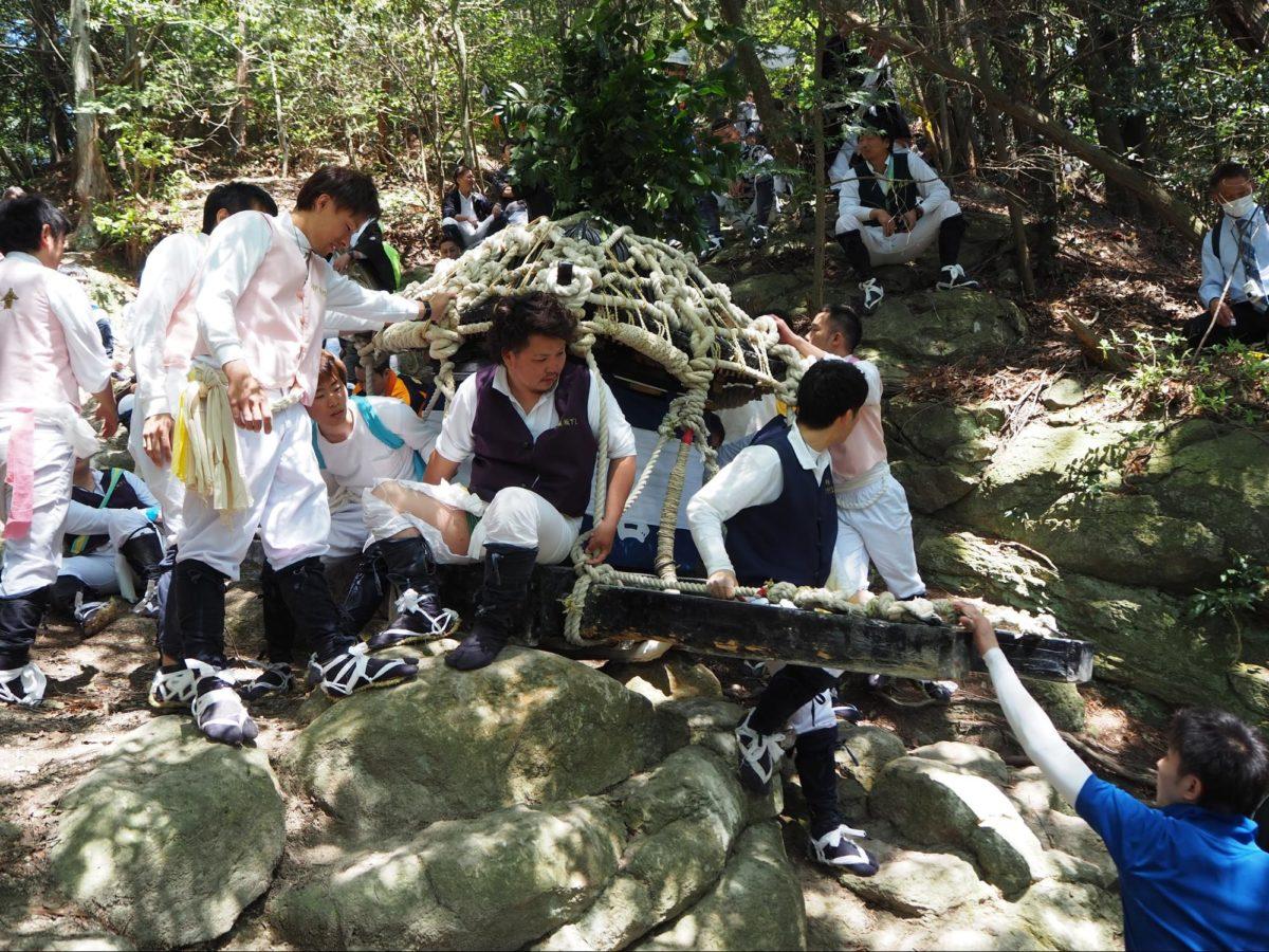「伊庭の坂下し祭り」断崖絶壁を神輿が落下する 観光経済新聞