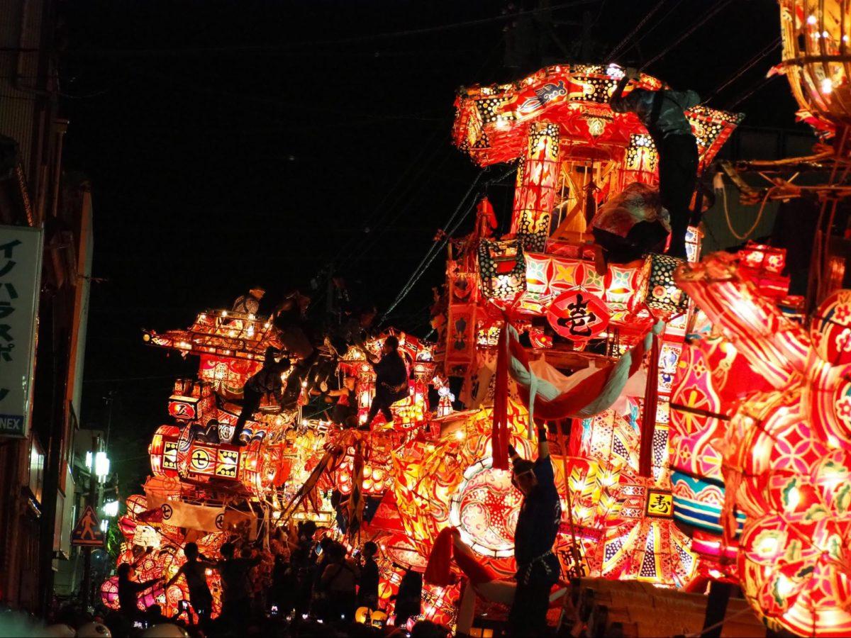 「福野夜高祭」巨大行燈を壊し合うケンカ祭り 観光経済新聞