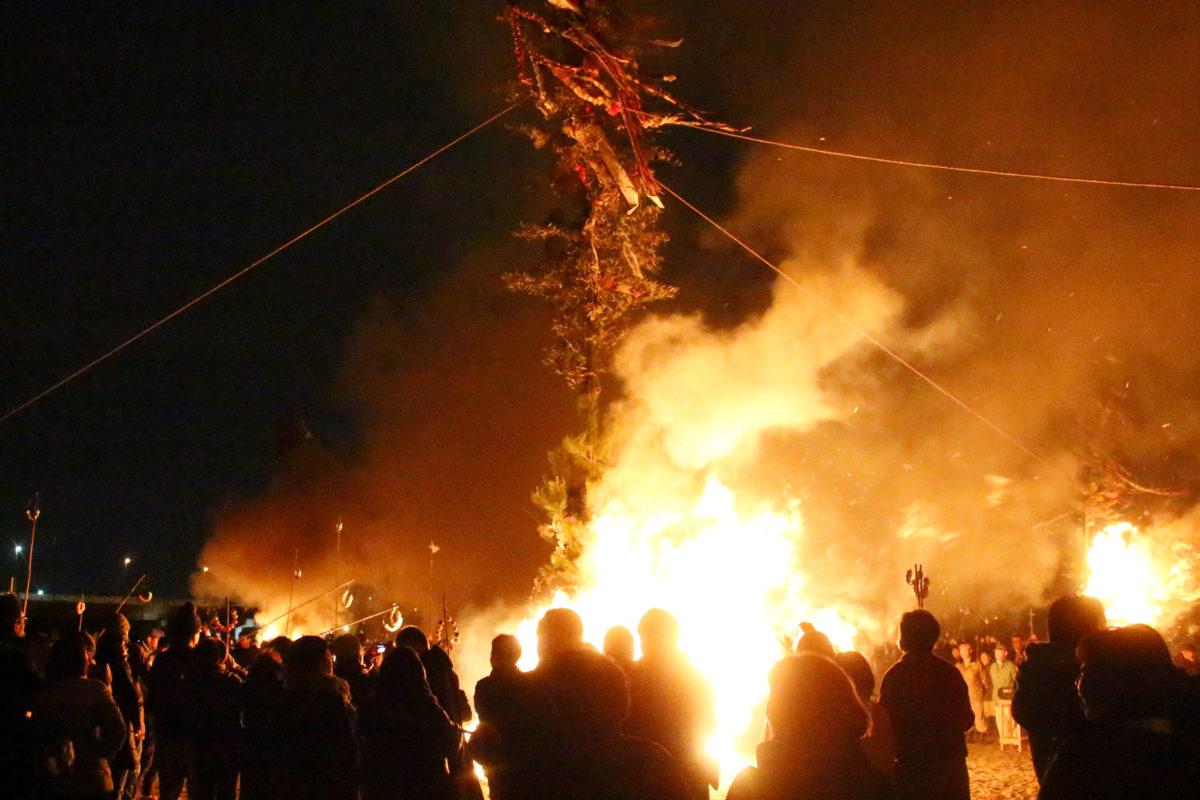 大磯の左義長2020!四百年の伝統を誇る火祭りは見どころ満載。最後は男衆が海に突っ込む!