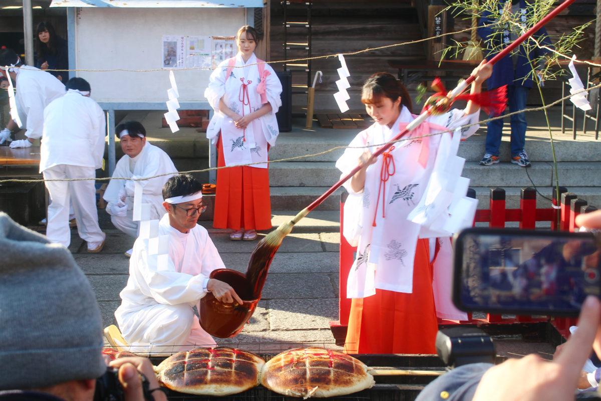 いせさき初市と言えば「上州焼き饅祭」!直径55cmの饅頭を一気に焼き上げる!だるま市も登場