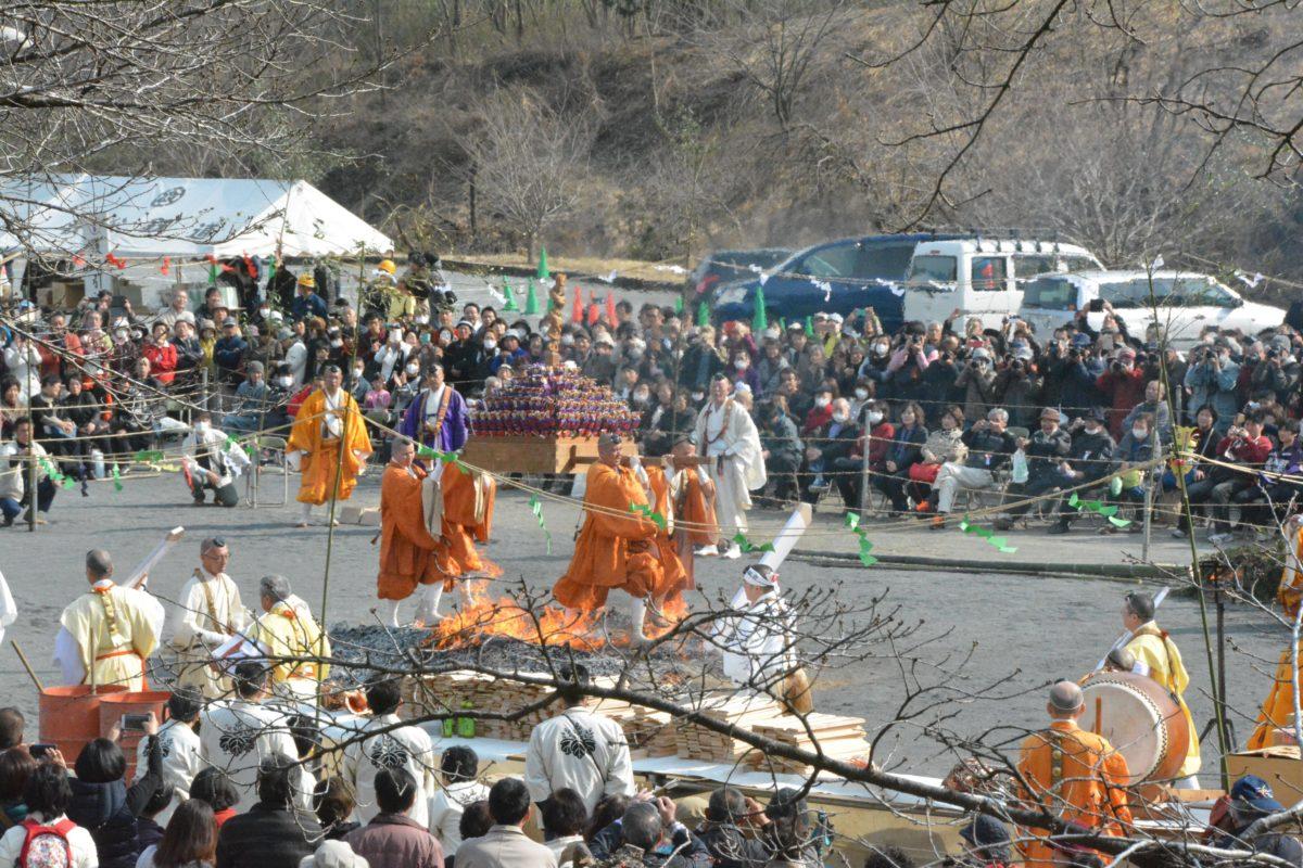 「長瀞火祭り」燃え盛る炎の上を裸足で走り抜けるダイナミックな荒行を行う修験僧