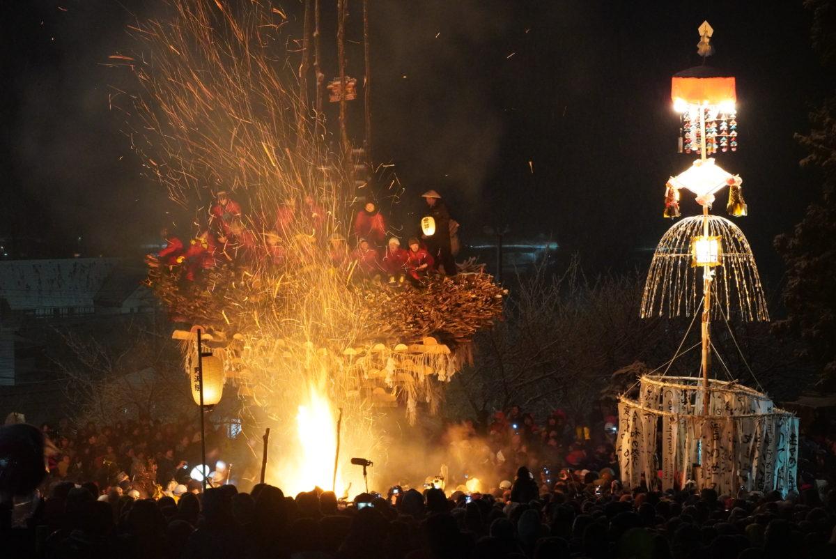 【野沢温泉道祖神祭り】雪の中、勇壮な火祭り盛大に