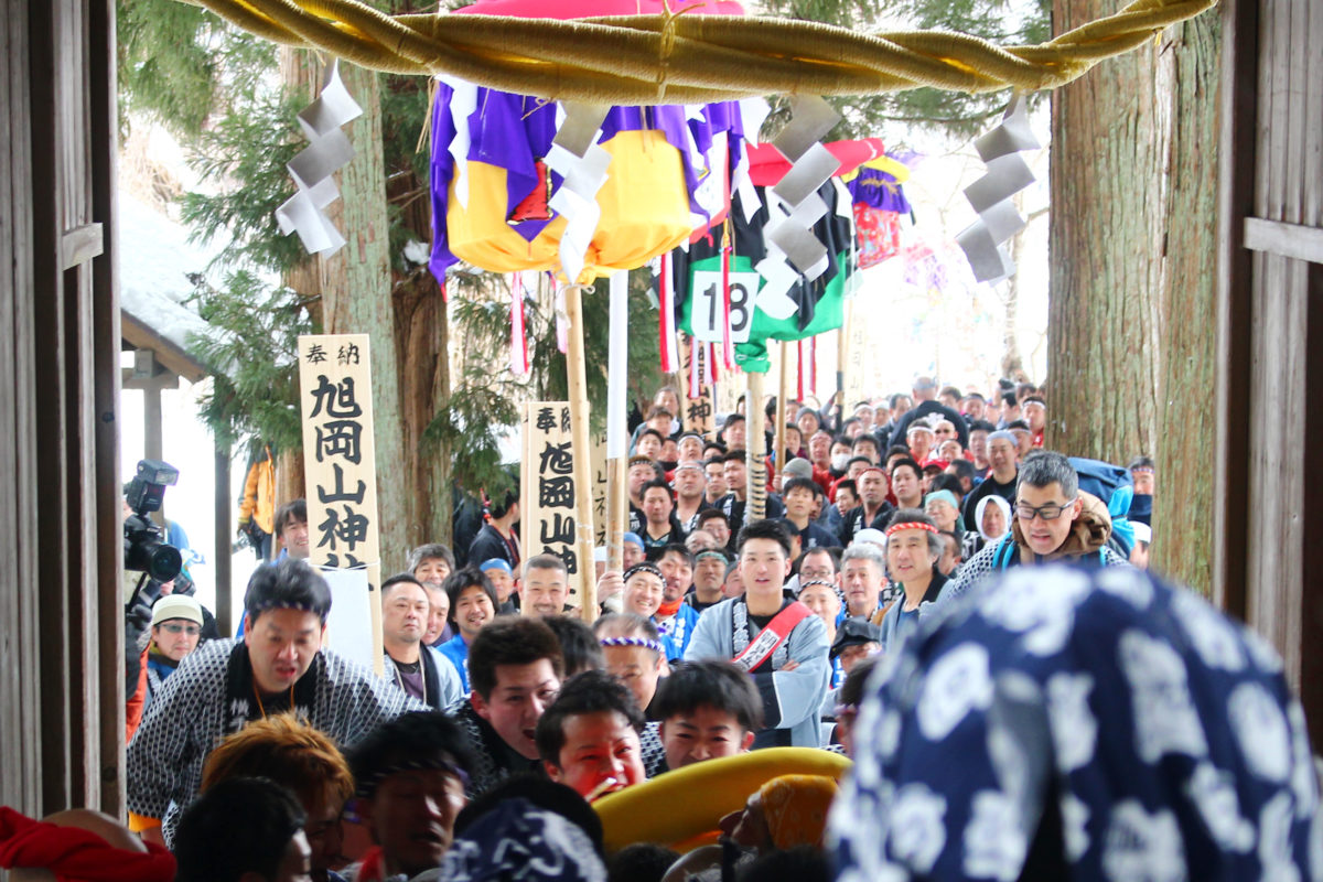 旭岡山神社梵天奉納祭レポート!大きなぼんでんが雪山を掛け、競い合い、激しく進む!
