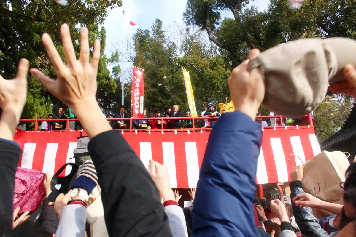 瓢箪山稲荷神社初午大祭!大阪2月、地元密着のお祭り。福餅まきに多くの人が集まる!