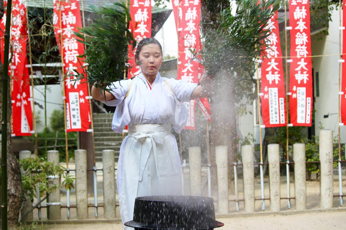 湊川神社初午祭のユニークな湯立神事!巫女が笹束で釜から湯を振りケガレを祓う!