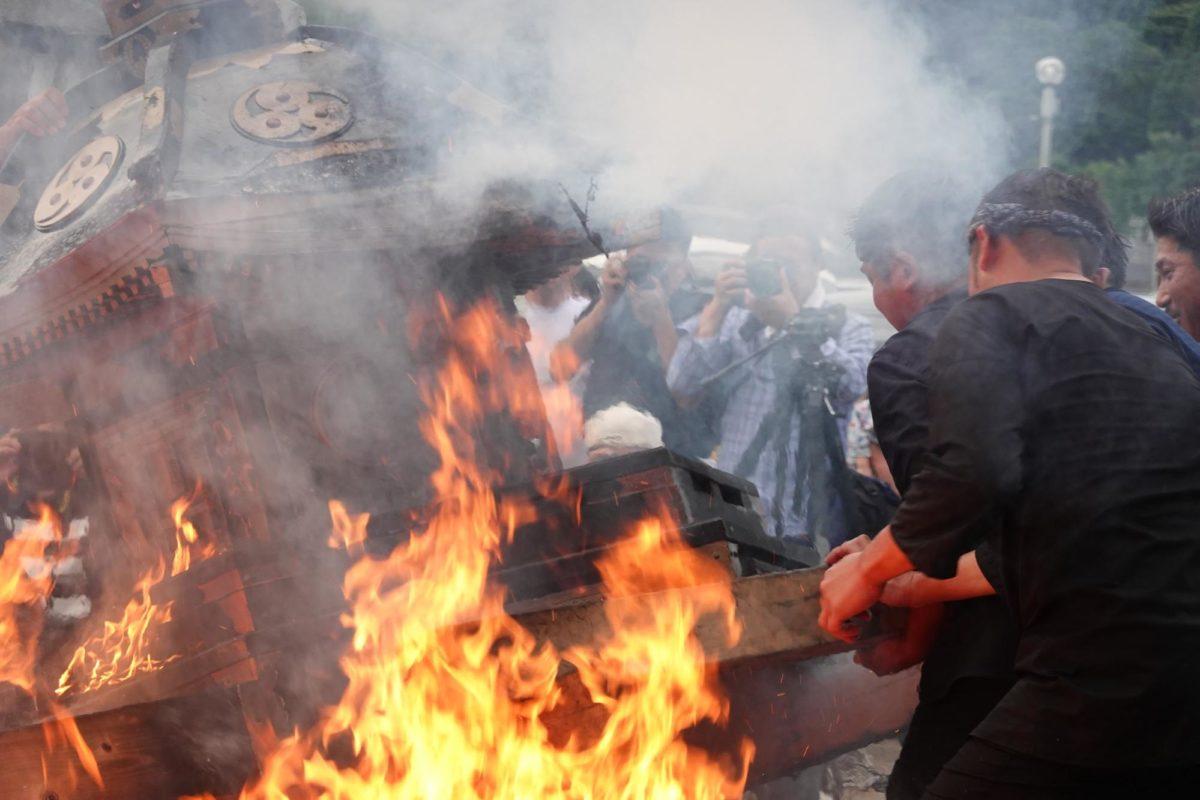 「宇出津のあばれ祭り」神輿が炎の中に投げ込まれる 観光経済新聞