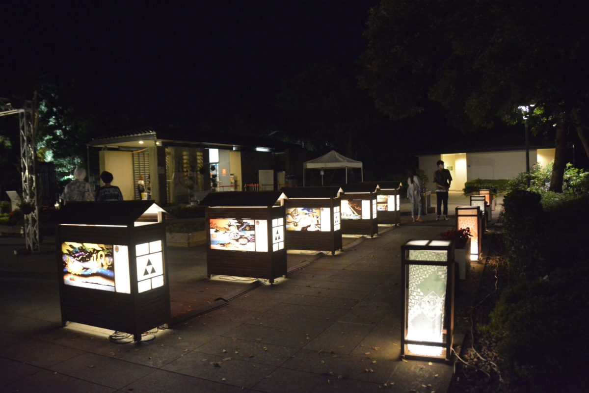 【江の島灯籠】湘南海岸に浮かぶ陸繋島を照らす温かな光に漂う和の情緒