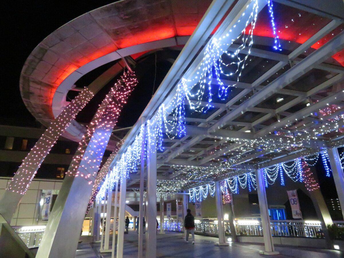 【土浦ウィンターフェスティバル】イルミネーションで輝く駅広場のデッキ