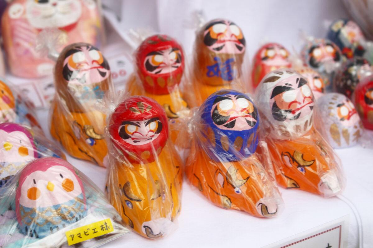白根不動尊だるま市2021。縁起物のだるまが並ぶ横浜の1月の祭り【速報】