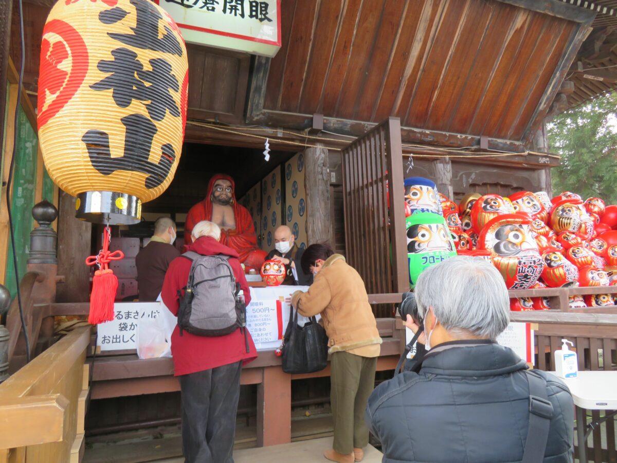 【少林山七草大祭だるま市】鶴を眉、亀を髭に描く生産量日本一の高崎だるま
