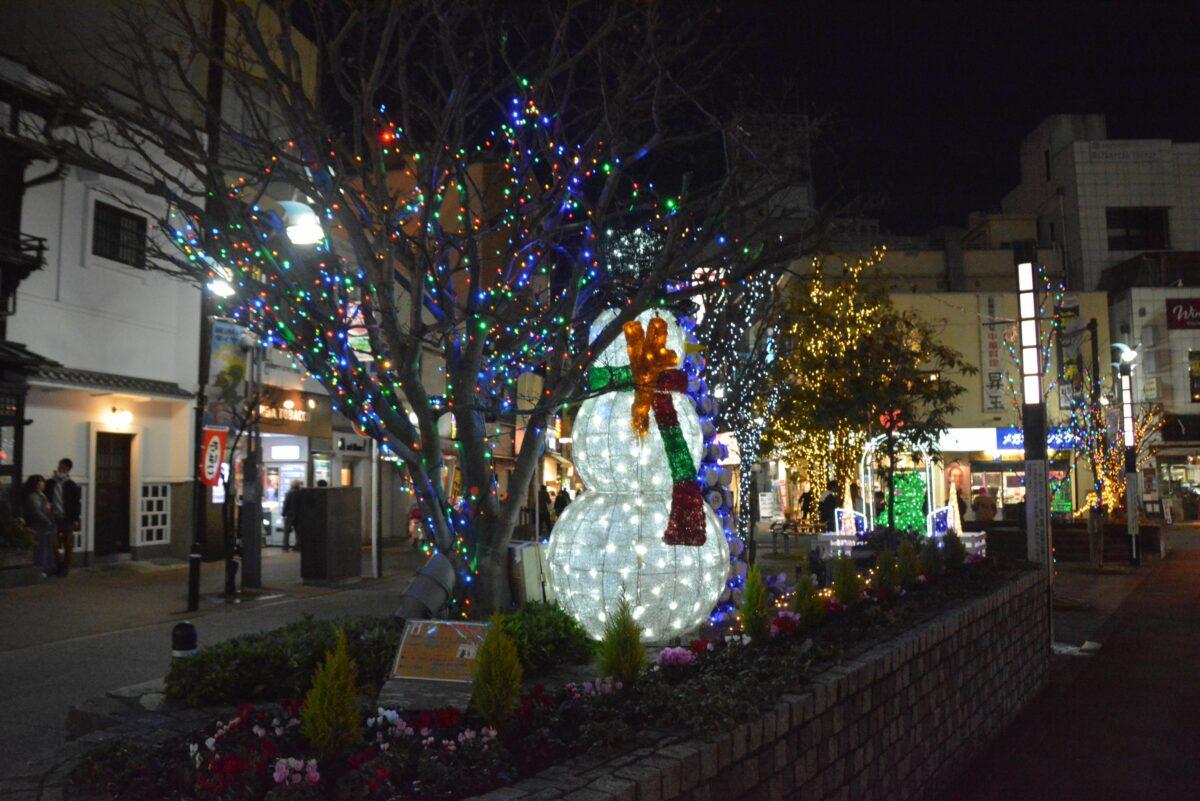 【小田原イルミネーション】温かな光で輝く錦通り入口の北条ポケットパーク