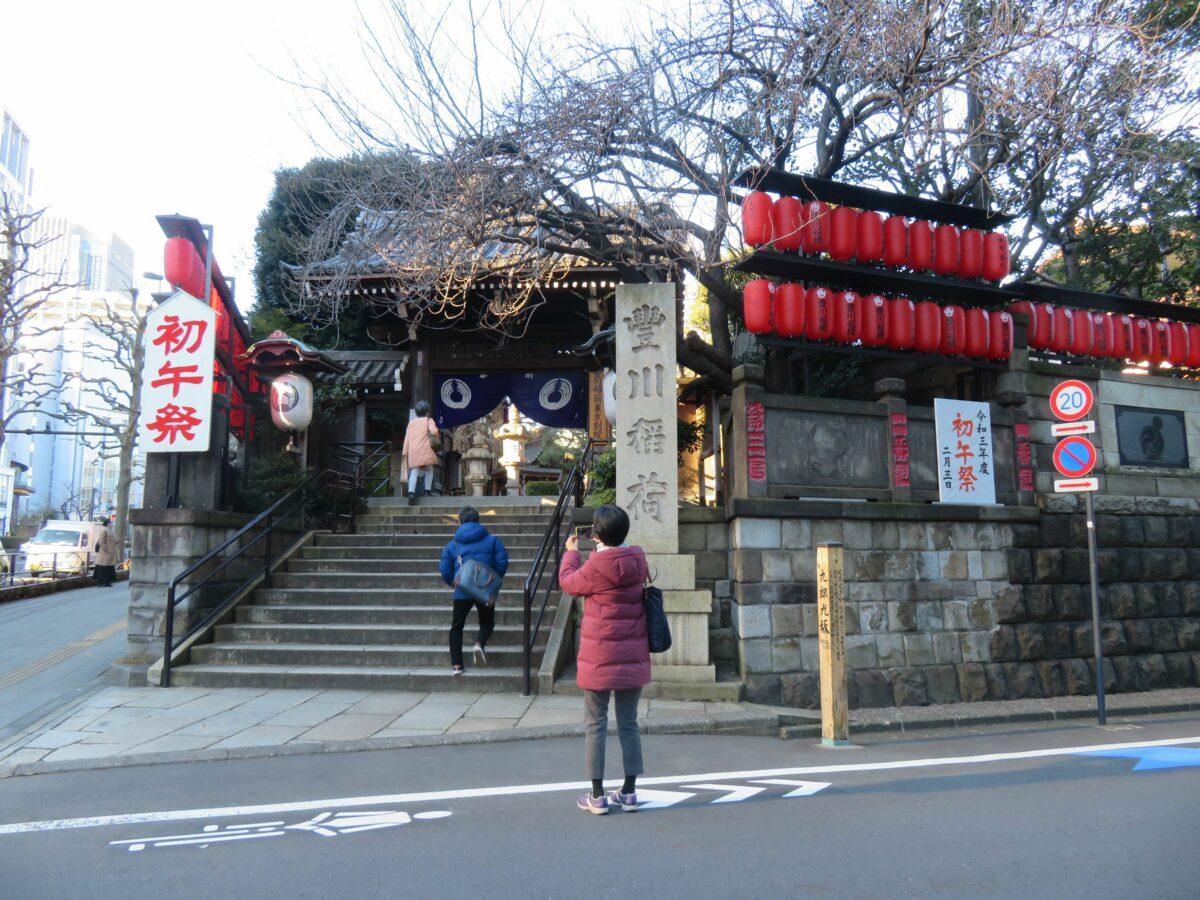 【豊川稲荷東京別院・初午祭】夥しい数の狐が境内に座る曹洞宗の寺院