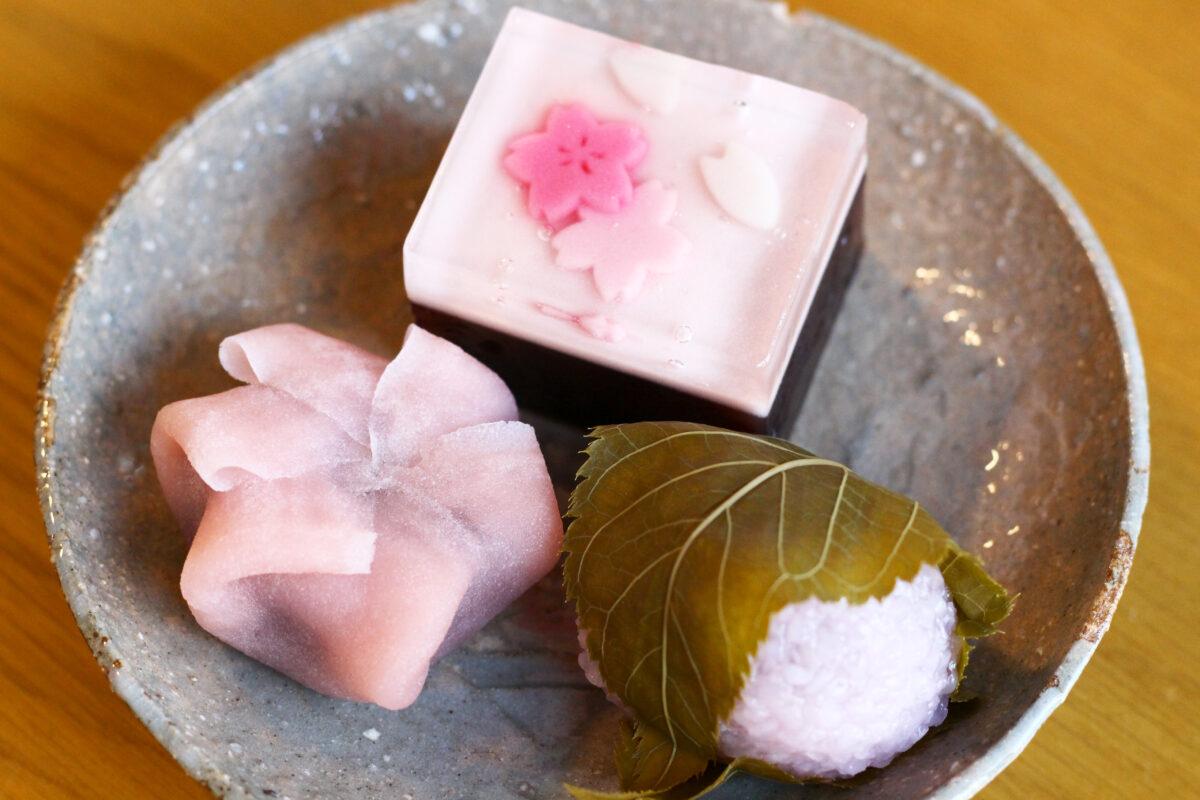 鶴屋吉信は桜のお菓子がたくさん!花吹雪を表現した羊羹から生菓子まで