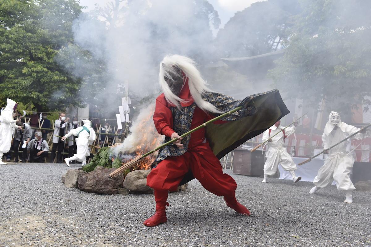 日本二大鬼祭の1つ「マダラ鬼神祭」、桜咲く雨引観音で激しく鬼が舞う!2021年の記録