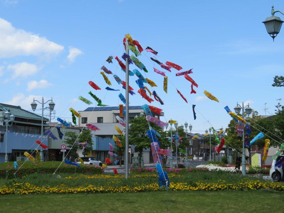 ゆうき鯉のぼりまつり、結城紬の伝統が漲る駅のロータリーで遊戯を踊る鯉