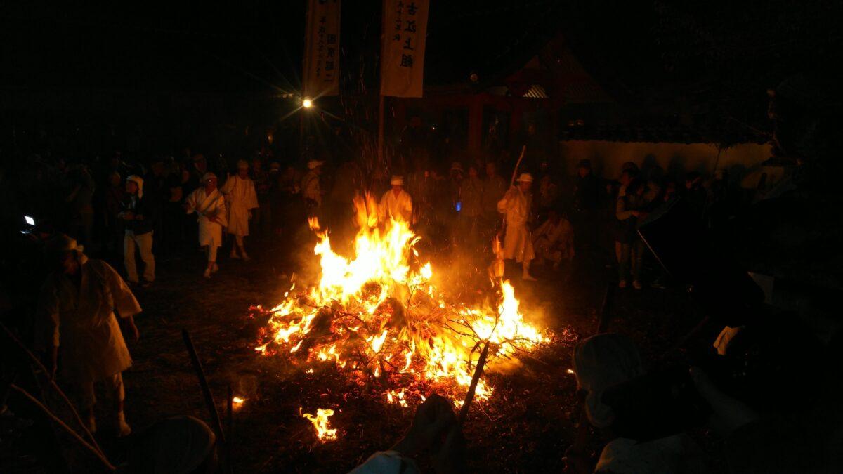 誰も起源を知らない!謎の仮面が乱舞する「ケベス祭」とは?