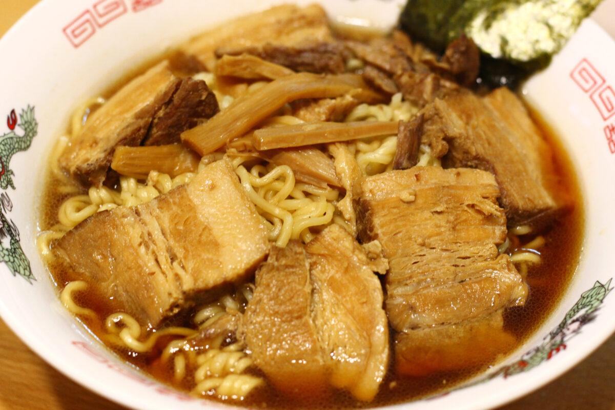 千葉県のご当地グルメ「竹岡式ラーメン」!その特徴はお肉と真っ黒な○○