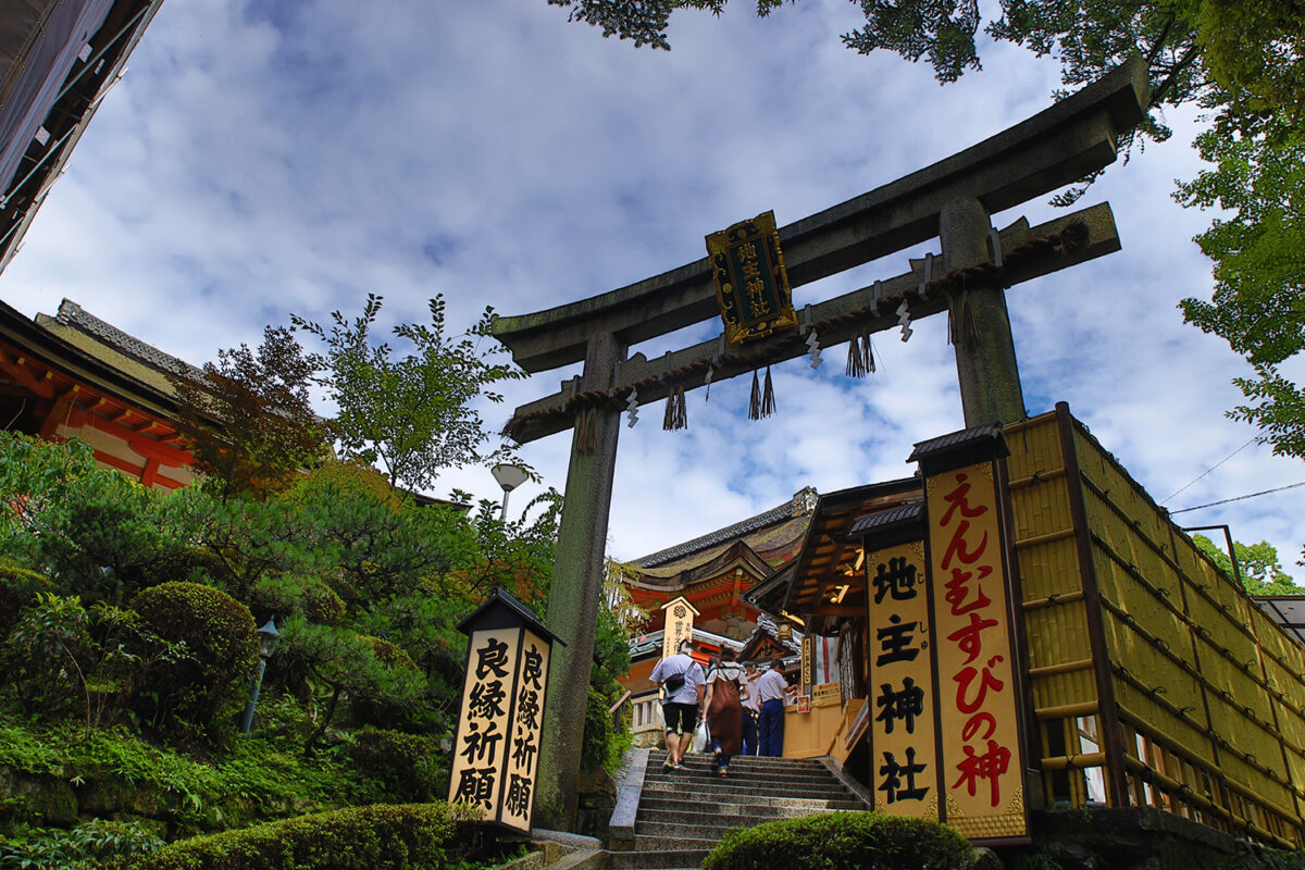 京都地主神社を完全解説!恋愛成就のパワースポット。七夕こけしでお家から良縁祈願