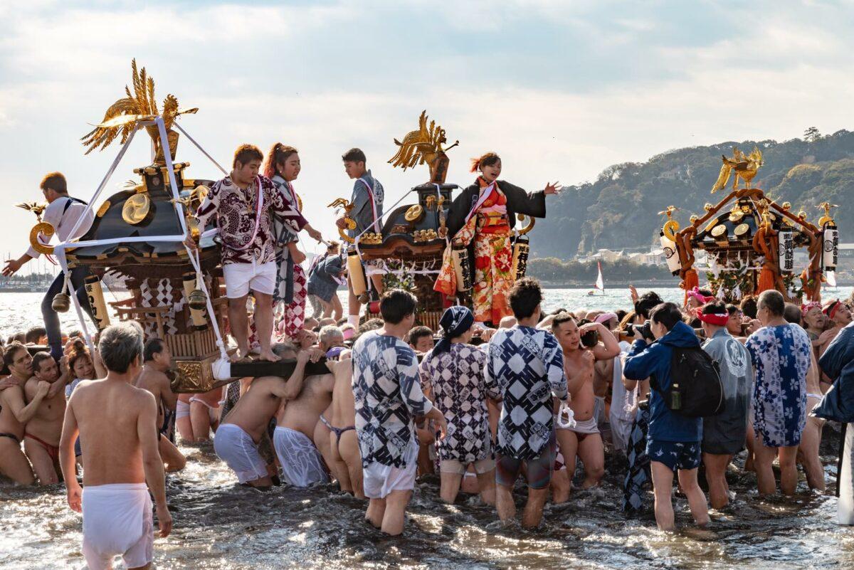 「寒中神輿錬成大会」新成人を乗せた神輿、冬の海へ|観光経済新聞