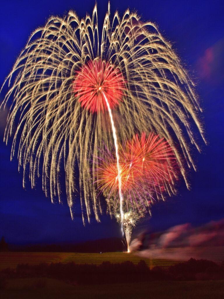 【庭先から眺める お盆の打ち上げ花火】~棚田から上がる 地域を照らす花火~
